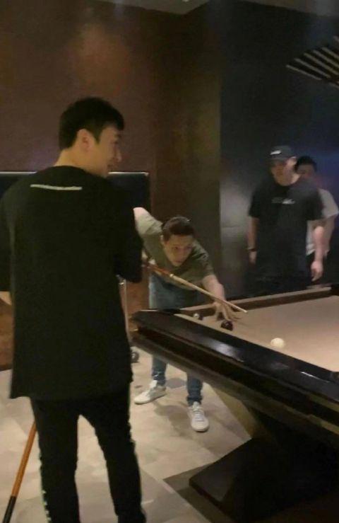 网友在夜店偶遇王思聪与张艺兴 两人还一起打台球