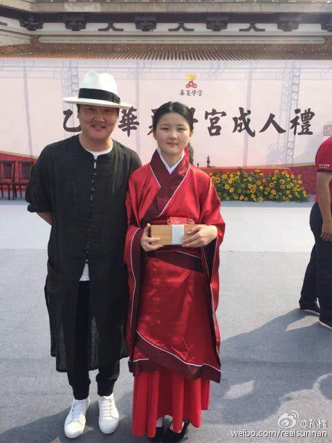 孙楠送女儿读传统学校 当地媒体曝其无办学资质