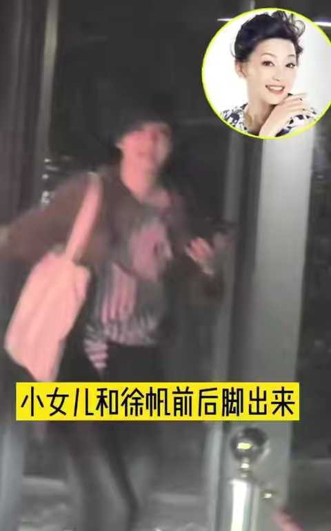 冯小刚携家人深夜出行 养女罕见露面气质大变