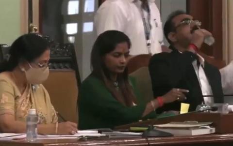 印度官员喝消毒水(ANI视频截图)