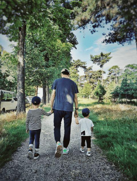 靳东为小儿子庆四岁生日 罕晒俩娃近照幸福满满