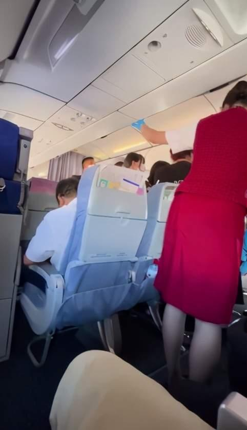"""国航回应""""粉丝在飞机上闯舱追星"""":已尽力劝阻"""