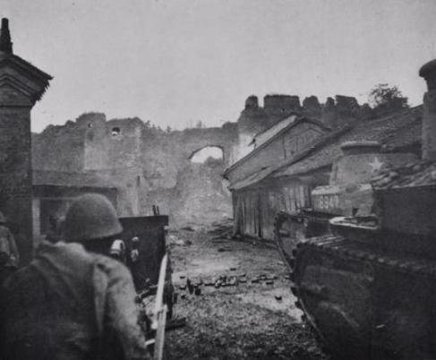 罕见的近距离交锋照片:5名日军攻击我坦克,4名战士与敌大炮对峙
