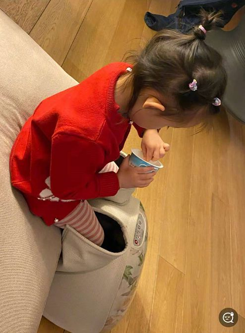 董子健孙怡带3岁女儿游玩 亲妈视角下发际线抢镜