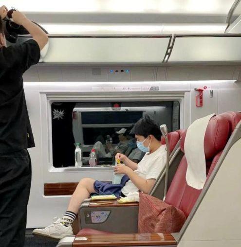 郭麒麟坐高铁被偶遇 吃零食看手机打扮休闲随性