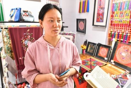 【民族要复兴 乡村必振兴】化屋村扶贫车间:刺绣香包卖到了香港