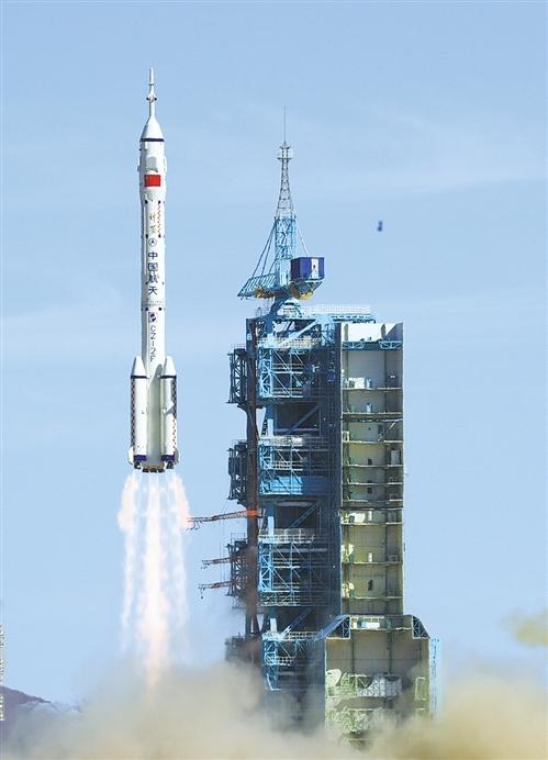 神舟十二号载人飞船与天和核心舱完成自主快速交会对接 中国人首次进入自己的空间站