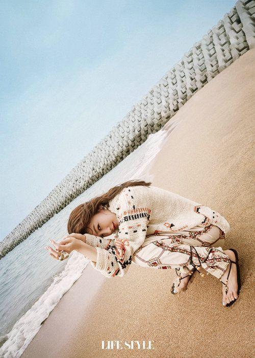 秦岚海边杂志封面释出 元气优雅诠释理智派大片