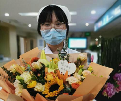 90后护士见义勇为好护士 你救人的样子真美!