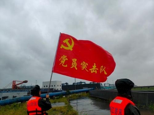 """台风""""烟花""""来袭,武警嘉兴支队官兵在行动!"""