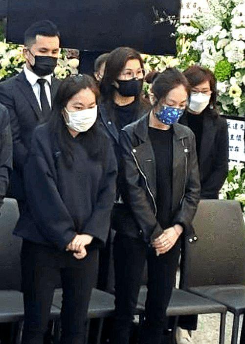 吴孟达出殡仪式现场曝光 亲友伤心痛哭一脸憔悴