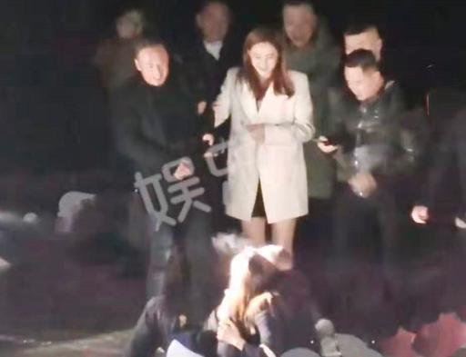 杨坤开豪车深夜聚会 当街耍酒疯拉着女生不放手