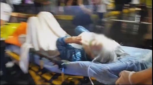 消防人员出动云梯车救出住户送医。图自台湾中天电视