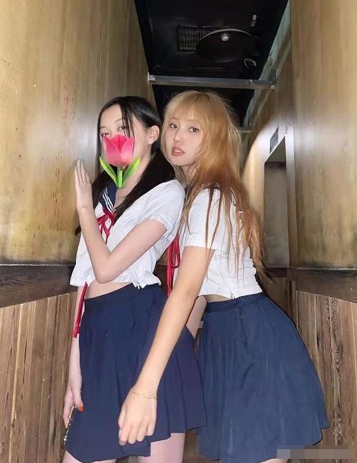 王菲女儿李嫣与闺蜜聚会 合影摆pose星范足