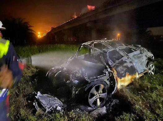 马来西亚一轿车从高架桥坠落起火 造成车内4人死亡