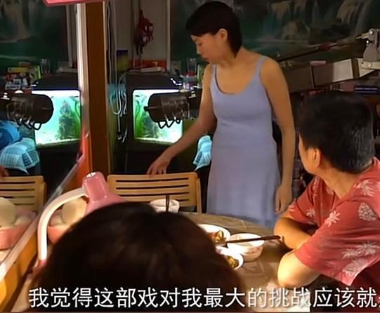 王菲女儿窦靖童为拍戏尝试吊带裙 含胸驼背显肚子