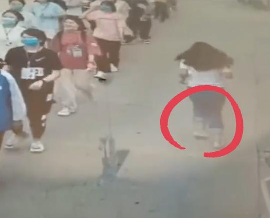 高考考场外,这位赤脚奔跑的女老师火了