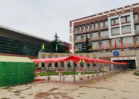 北京市第十九中学搭设雨棚(供图/学校)