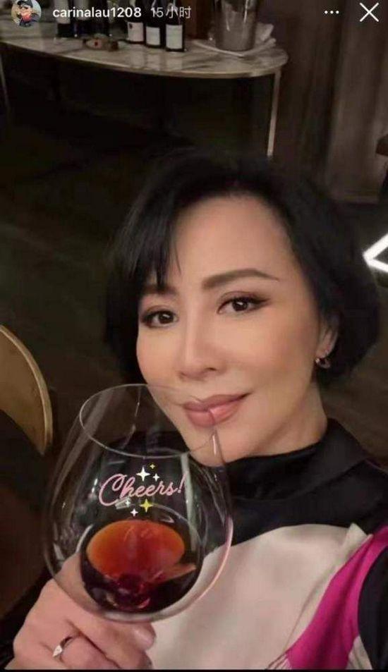 刘嘉玲晒深夜品红酒自拍照 脸颊红润状态佳