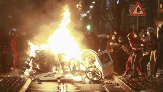 示威者在布鲁塞尔市内纵火(Getty)