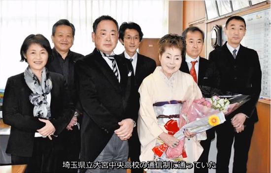 松浦基美子和子女、校长等人一起合影留念(视频截图)