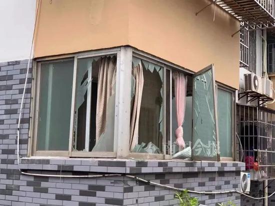 柳州一小区传来巨响,有路人被碎玻璃扎伤