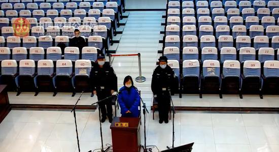 2020年12月,徐某1受贿案一审宣判。图片来源:中国庭审公开网视频截屏