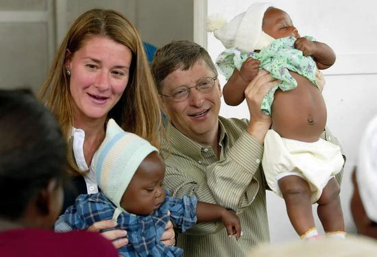2003年,盖茨夫妇在莫桑比克看望身患疟疾的儿童。来源:纽约时报