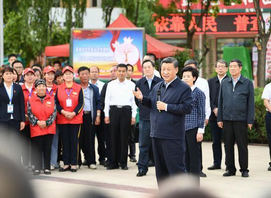 ↑2020年6月8日,习近平在宁夏吴忠市利通区金花园社区广场,同居民们亲切交流。