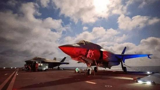"""""""伊丽莎白女王""""号上的美制F-35舰载机"""