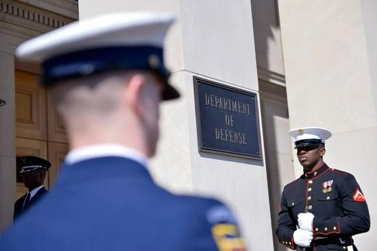 這是美軍儀仗隊士兵在五角大樓外參加儀式的資料照片。新華社記者殷博古攝