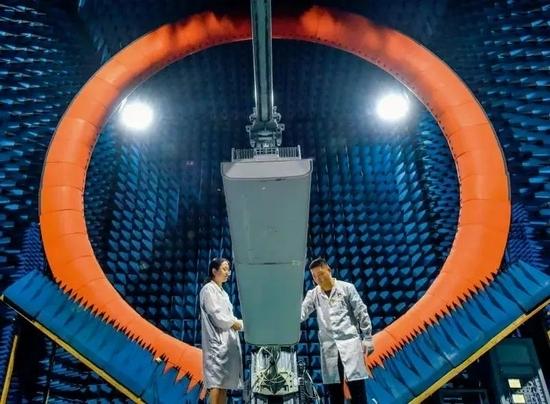 ▲ 2020年7月3日,工程师在华为实验室测试5G 基站设备 刘大伟摄/ 本刊