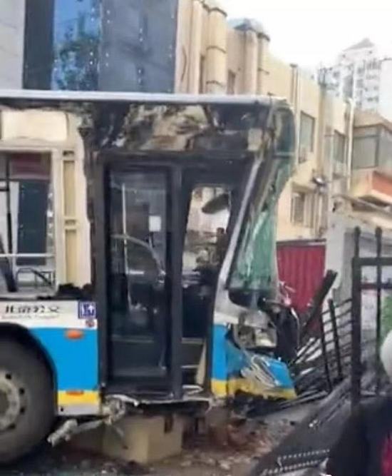 北京472路公交车发生车祸,现场有老人受伤