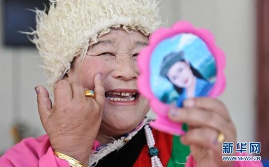 拉萨市林周县民间老年文艺队的队员在演出前化妆(2013年10月12日摄)。新华社记者 普布扎西 摄