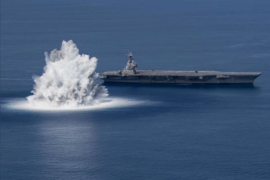 轰!美国最新航母旁边,爆炸了
