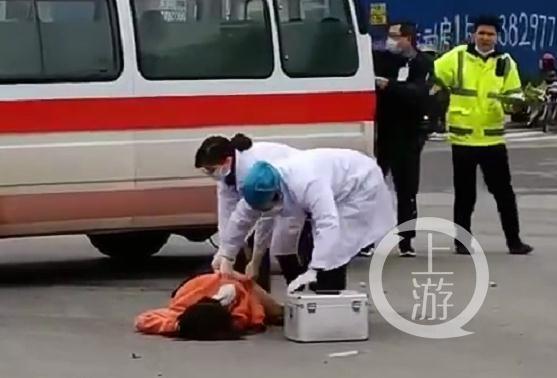 急救人员在未对伤者进行初步检查的情况下,就大幅度翻动伤者身体,被指不专业。图片来源/视截截图