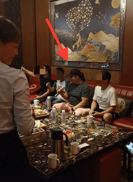 57岁刘欢现身歌厅挺大肚腩嗨唱 网友称其瘦了20斤
