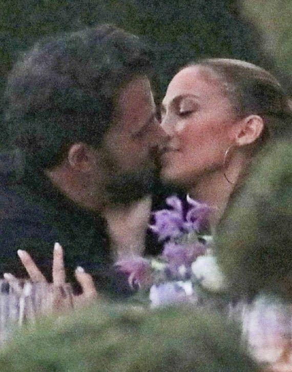 爷青回!大本詹尼弗洛佩兹接吻 两人今年多次被拍