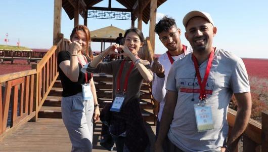 شاطئ بانجين الأحمر يثير اعجاب الأصدقاء الأجانب