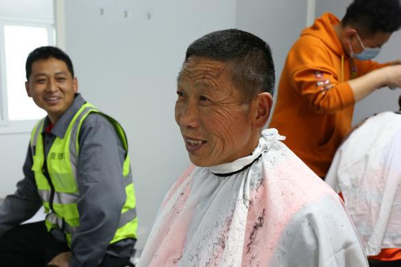 二月二,龙抬头——济南龙湖爱心理发小分队走进建设工地,为工人焕新颜