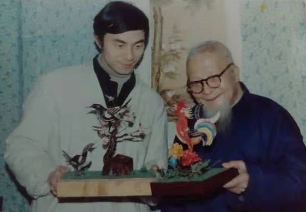 何伟福(左)与祖父何克明