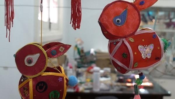 何伟福所在灯彩工作室里悬挂的《兔子灯》