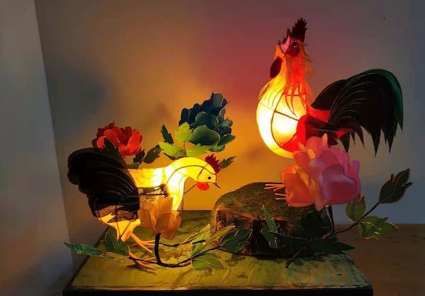 通上电之后的灯彩作品《公母鸡》