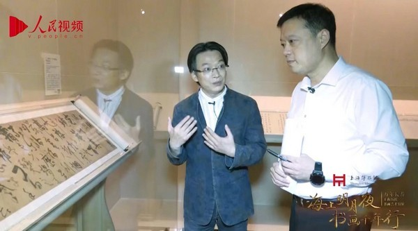 上海博物馆书画研究部主任、研究馆员凌利中与主持人海波为观众直播讲解。