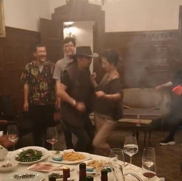 太会玩!胡歌廖凡赴饭局 桂纶镁和长发男贴身斗舞