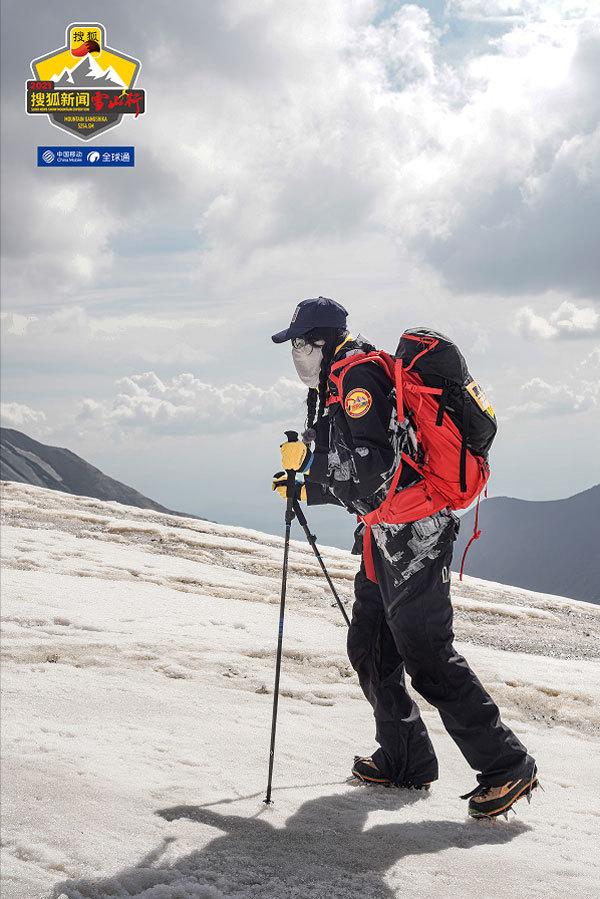 周韦彤登顶5254.5米雪山 峰顶为河南祈福