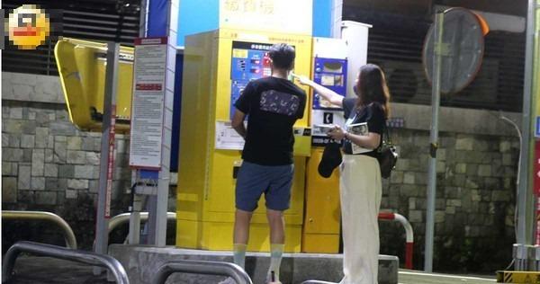 吃饱喝足的两人去停车场牵车离开。 (图/本刊摄影组)