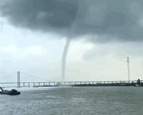"""广州南沙大桥附近昨日出现""""龙吸水""""奇观 明日天气有雷阵雨局部大雨"""