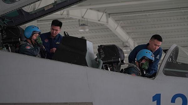 ↑东部战区海军航空兵某旅组织低气象飞行训练,飞行员在做飞行前准备(2月25日摄)。
