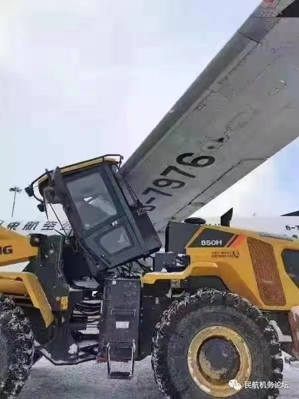 山东烟台:作业车与飞机刮碰 暂未造成人员伤亡